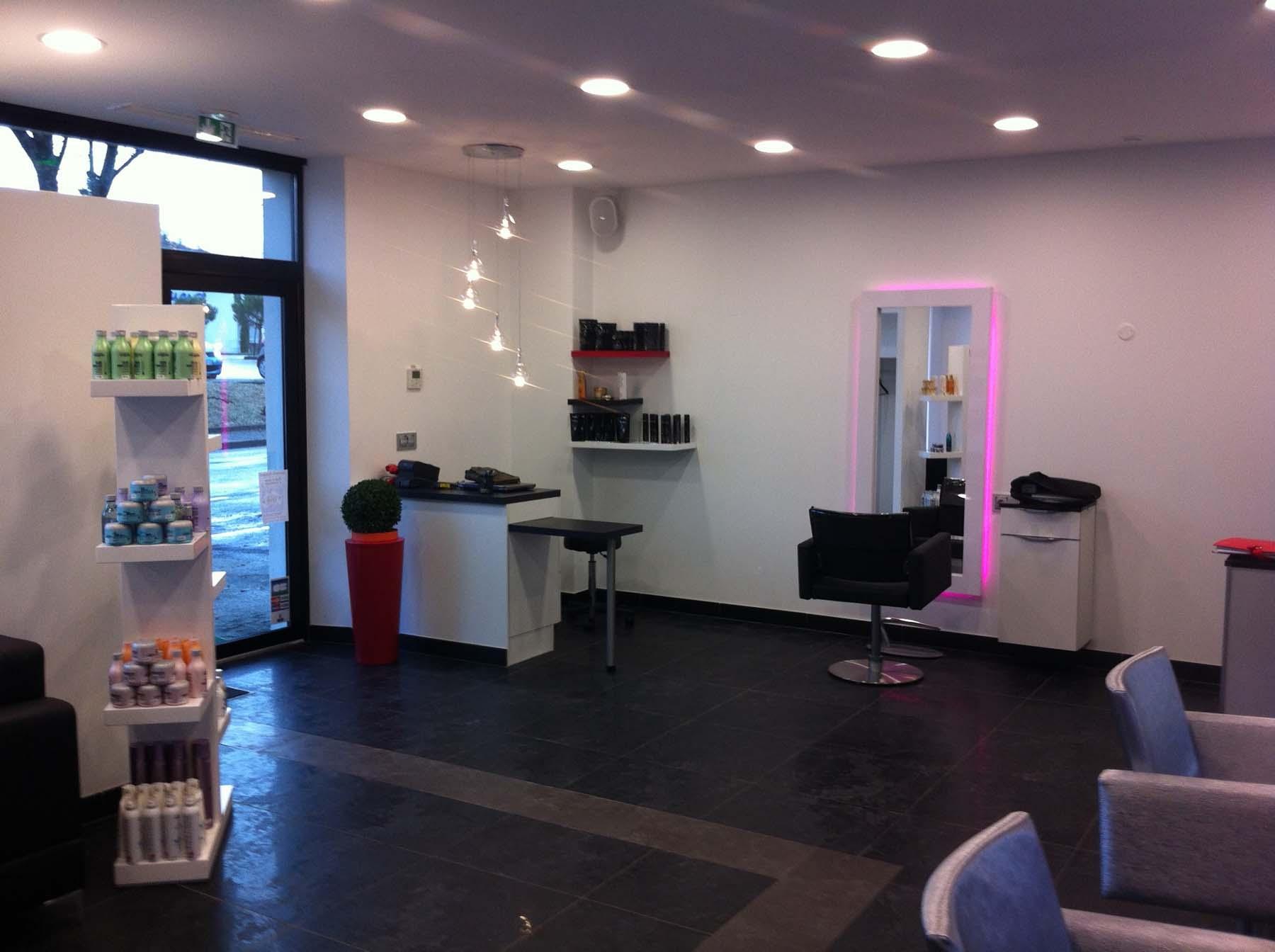 Ancienne forge réaménagée en salon de coiffure par JHMO